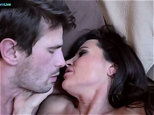 mummy sex industry star Lisa Ann goes for a morning hook-up