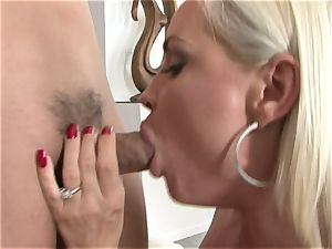 Lusty honey Diamond Foxxx gets a mouthhole of hard meaty spunk-pump