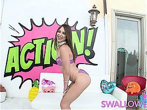 Riley Reid showcasing off her fellating abilities