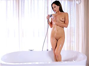 Jenny Appach fingers her tasty labia in the tub